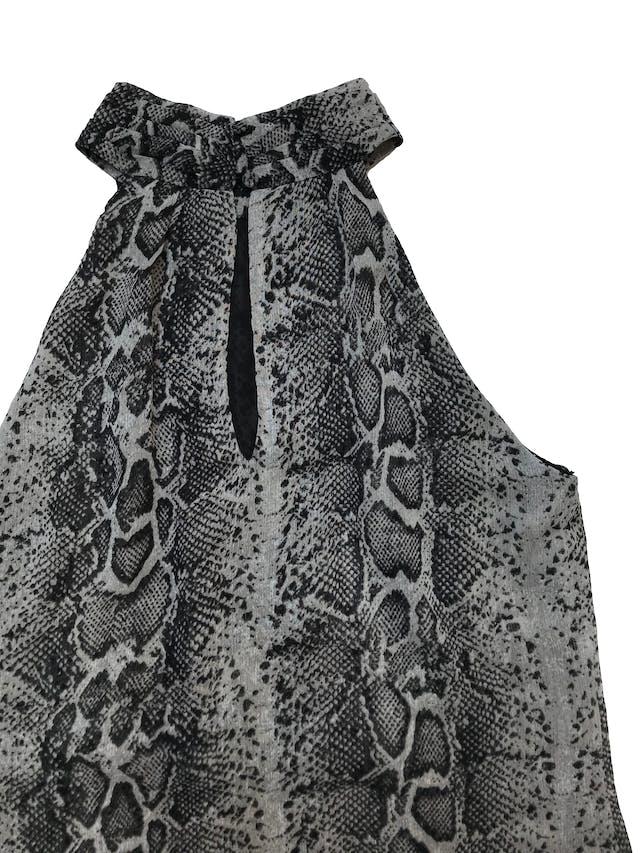 Vestido Mentha&chocolate de gasa print pitón, cuello con botones atrás, línea en A con dos capas adelante y lleva forro. Busto 96cm Largo desde sisa 68cm. Precio original S/ 249 foto 2