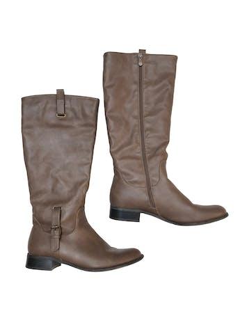 Botas Bata de cuerina marrón con cierre interno, taco 3cm. Alto caña 40cm. Estado 9/10. Precio original S/ 169 foto 1