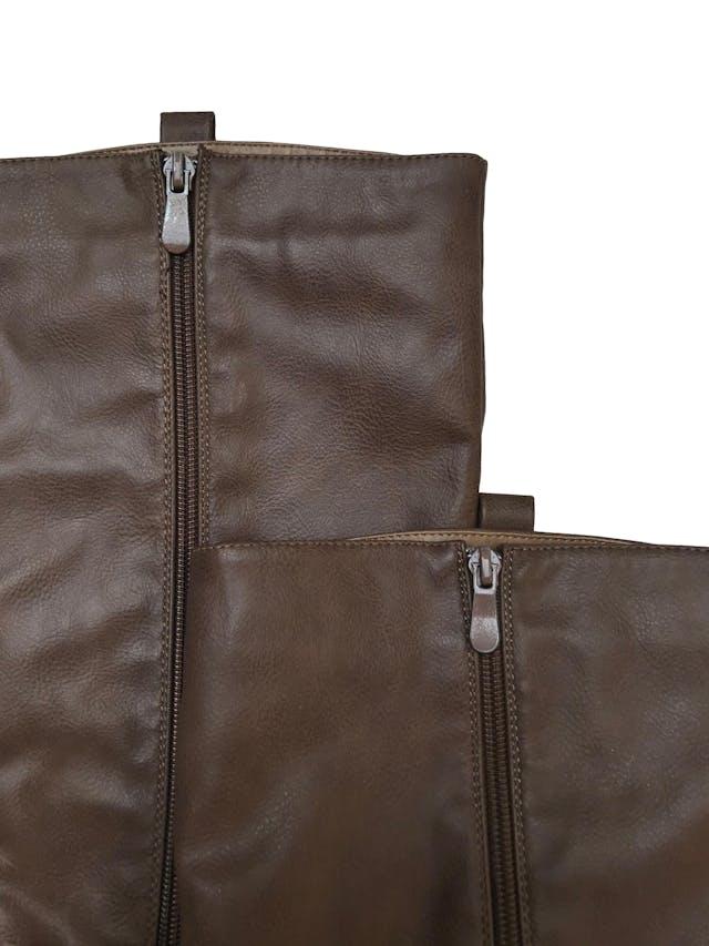 Botas Bata de cuerina marrón con cierre interno, taco 3cm. Alto caña 40cm. Estado 9/10. Precio original S/ 169 foto 2