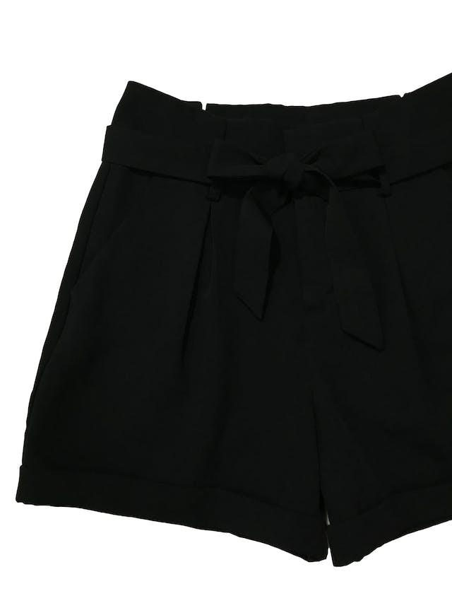 Short Index paper bag con pliegues delanteros, boslillos laterales y dobladillo en la basta, tela tipo sastre. Cintura 77cm Largo 39cm foto 2
