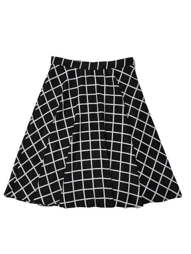 Falda campana Forever21 de tela plana sedosa a cuadros negros, es forrada, lleva cierre y botón lateral. Cintura 70cm Largo 60cm foto 1