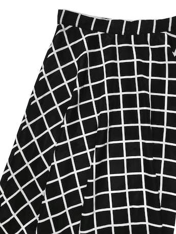 Falda campana Forever21 de tela plana sedosa a cuadros negros, es forrada, lleva cierre y botón lateral. Cintura 70cm Largo 60cm foto 2