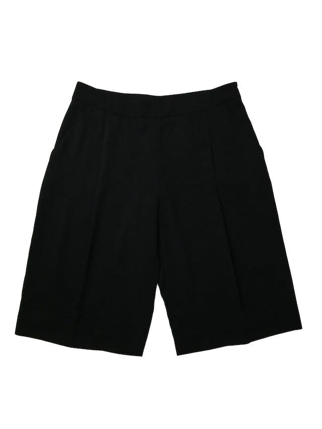 Bermuda Zara fluida negra con pliegues delanteros y bolsillos laterales, corte recto con cierre al lado . Cintura 80cm Largo 58cm. Precio original S/ 139 foto 1