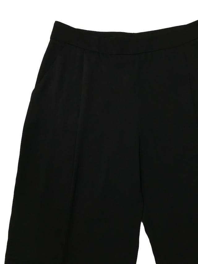 Bermuda Zara fluida negra con pliegues delanteros y bolsillos laterales, corte recto con cierre al lado . Cintura 80cm Largo 58cm. Precio original S/ 139 foto 2