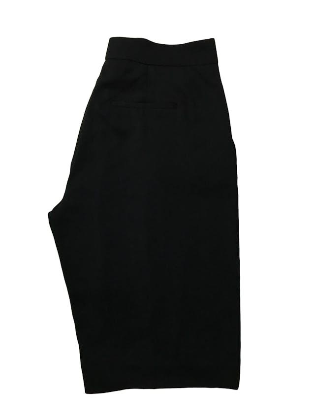 Bermuda Zara fluida negra con pliegues delanteros y bolsillos laterales, corte recto con cierre al lado . Cintura 80cm Largo 58cm. Precio original S/ 139 foto 3