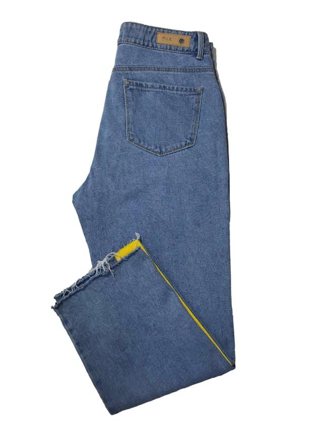 Pantalón Milk a la cintura, denim grueso corte recto con franjas laterales estampadas. Cintura 76cm Largo 90cm. Precio original S/ 169 foto 2