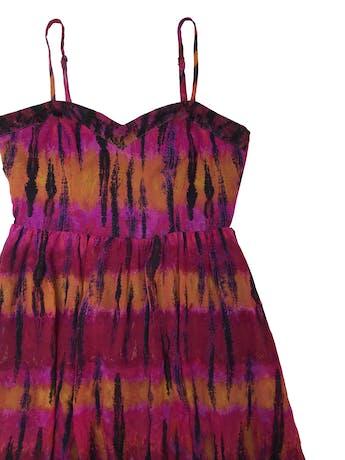 Vestido de gasa en tonos fucsia, naranja y negro, forrado, con cierre en la espalda y basta asimétrica. Busto 90cm Largo desde sisa 60 - 100cm foto 2