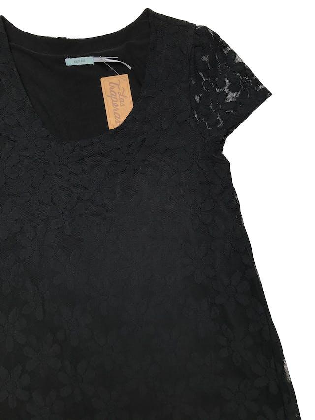 Vestido Kimchi blue tipo mesh negro en forma de flores y ribete de encaje en la basta. línea en A, lleva forro. Largo 85cm. Precio original S/ 300 foto 2