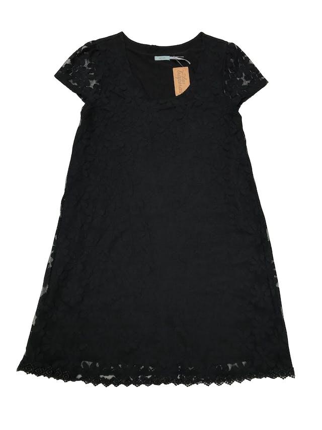 Vestido Kimchi blue tipo mesh negro en forma de flores y ribete de encaje en la basta. línea en A, lleva forro. Largo 85cm. Precio original S/ 300 foto 1
