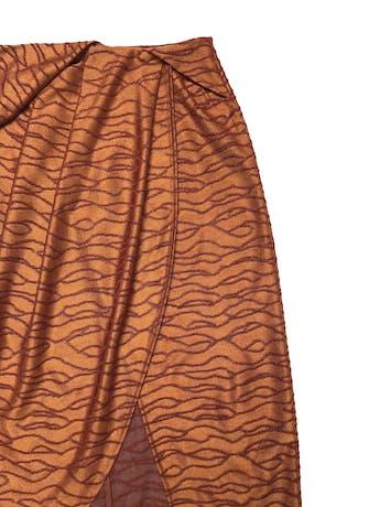 Falda midi Zara, tela de punto ocre con bordados al tono, con pliegues y cruce delantero, lleva cierre posterior. Cintura 70cm Largo 70 - 80cm foto 2