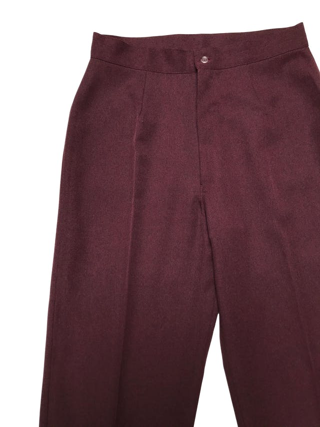 Pantalón a la cintura, corte recto, tela tipo sastre guinda, con cierre y botón delantero. Cintura 70cm Largo 105cm foto 2