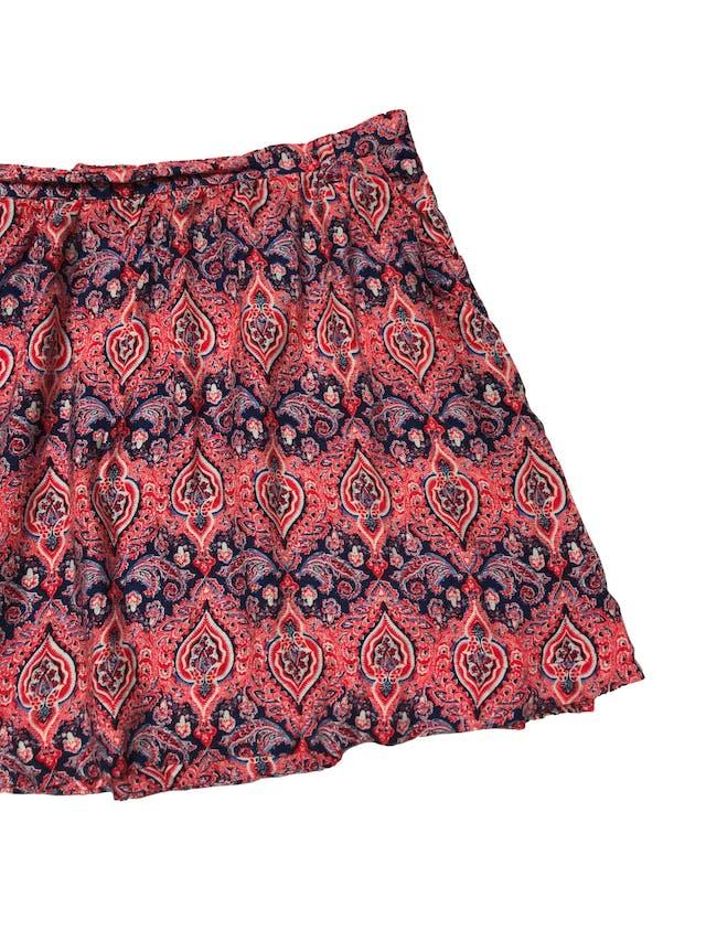 Falda Forever21 estampado rojo y azúl en tela 100% rayón, tiene forro, bolsillos y cierre lateral. Cintura 80cm Largo 42cm foto 2