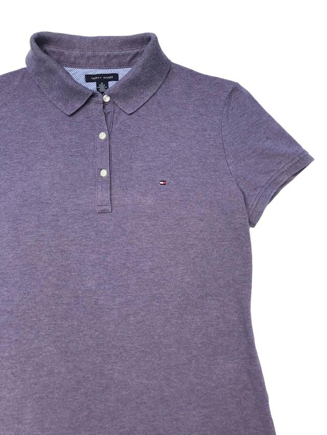 Polo Tommy Hilfiger de piqué, con cuello camisero y botones. Largo 60cm. Precio original S/ 219 foto 2