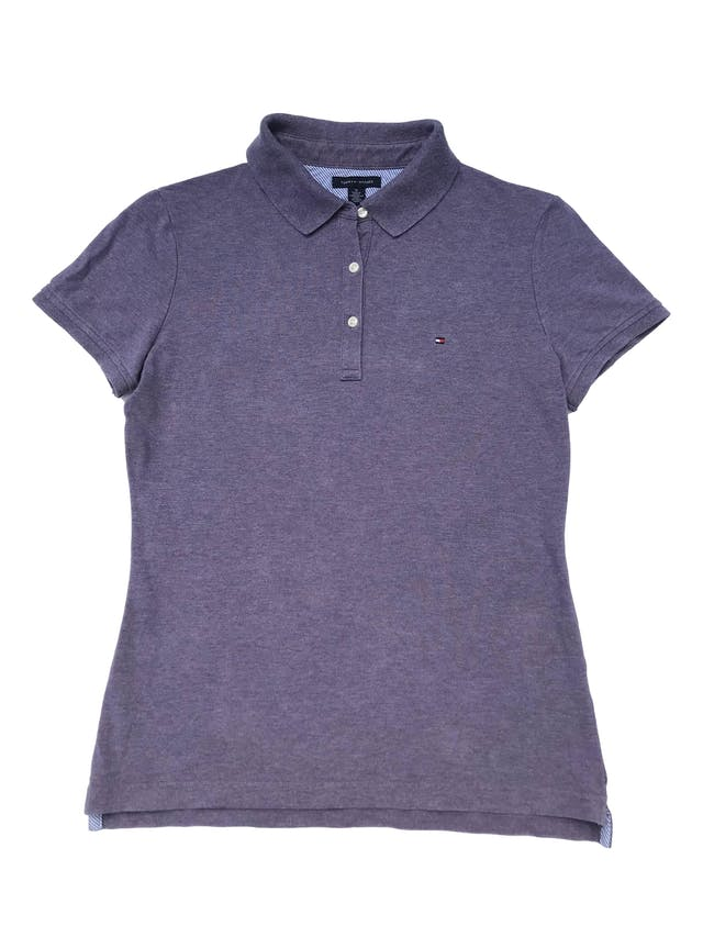 Polo Tommy Hilfiger de piqué, con cuello camisero y botones. Largo 60cm. Precio original S/ 219 foto 1