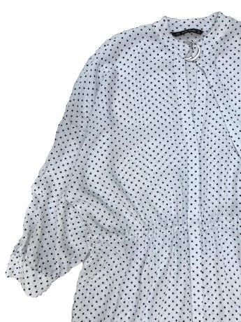 Vestido oversize Zara 100% viscosa texturada blanca con dots azules, fila de botones al centro, escote en V y correa en el cuello, tira para regular la cintura. Ancho 120cm Largo 88cm foto 2