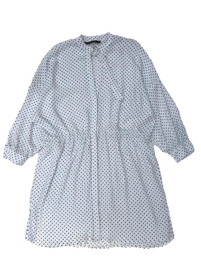 Vestido oversize Zara 100% viscosa texturada blanca con dots azules, fila de botones al centro, escote en V y correa en el cuello, tira para regular la cintura. Ancho 120cm Largo 88cm foto 1
