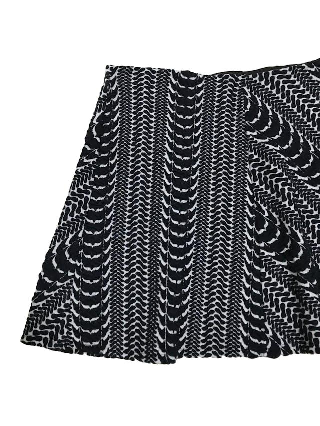 Falda Zara blanca con relieves en azul, línea en A, con elástico en la cintura: 68cm sin estirar Largo 40cm foto 2
