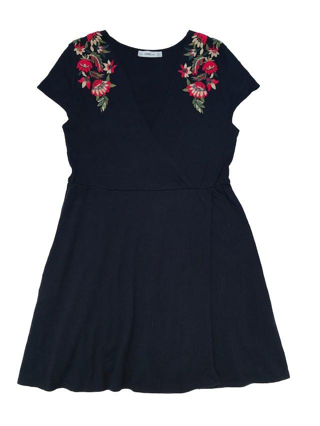 Vestido Zara de punto 100% algodón azul, con bordado en los hombros, escote y falda cruzados. Largo 78cm. Tela con ligeros signos de uso. foto 1