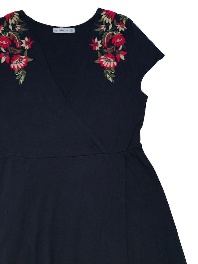 Vestido Zara de punto 100% algodón azul, con bordado en los hombros, escote y falda cruzados. Largo 78cm. Tela con ligeros signos de uso. foto 2
