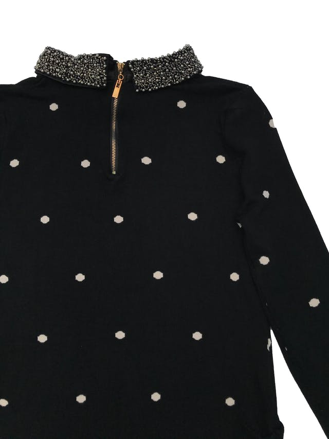 Chompa negra con lunares crema, aplicaciones en el cuello, cierre en la espalda y drapeados laterales. Suave al tacto. Largo 60cm foto 2