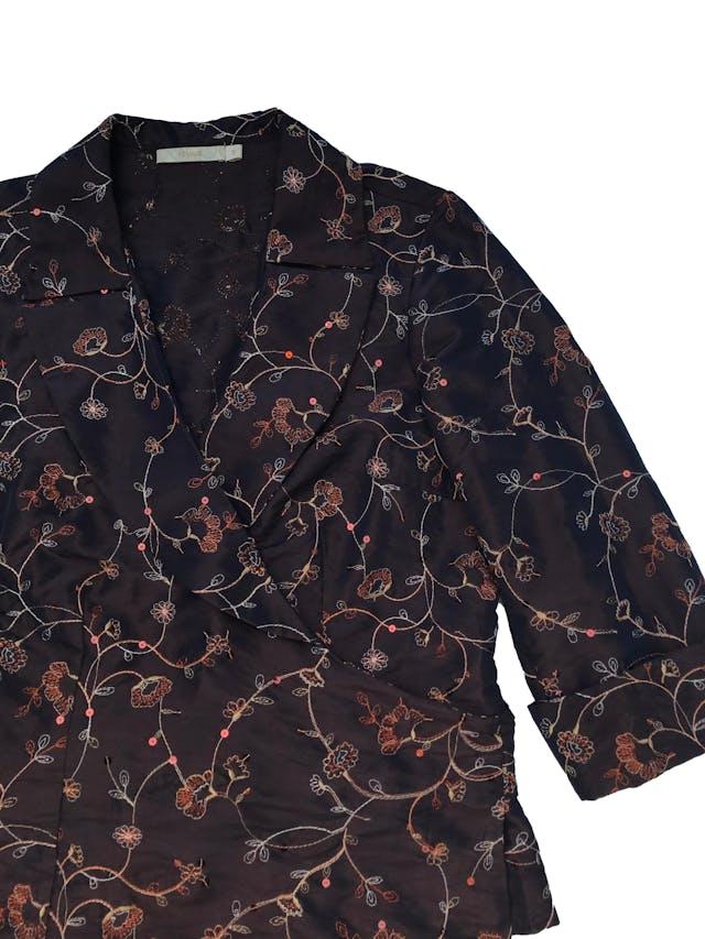 Blusa Femme de tela plana rígida con bordados y lentejuelas, modelo envolvente que se amarra atrás, manga 7/8 con dobladillo. Busto 100cm Largo 57cm foto 2