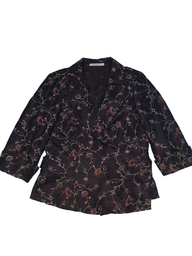 Blusa Femme de tela plana rígida con bordados y lentejuelas, modelo envolvente que se amarra atrás, manga 7/8 con dobladillo. Busto 100cm Largo 57cm foto 1