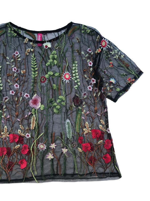 Blusa de tul negra con flores bordadas. Busto 100cm Largo 55cm foto 2