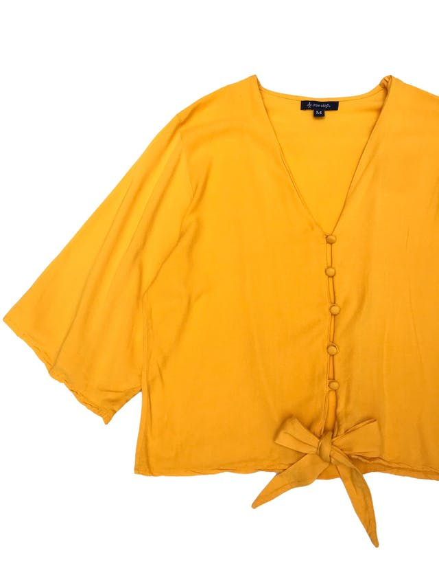 Blusa amarilla 100% rayón con botones al centro y se amarra en la basta. Busto 104cm Largo 47cm foto 2