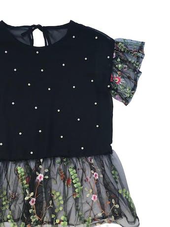 Blusa de gasa negra con aplicaciones de perlitas y tul bordado, forro delantero y se amarra en el cuello. Busto 100cm Largo 58cm foto 2