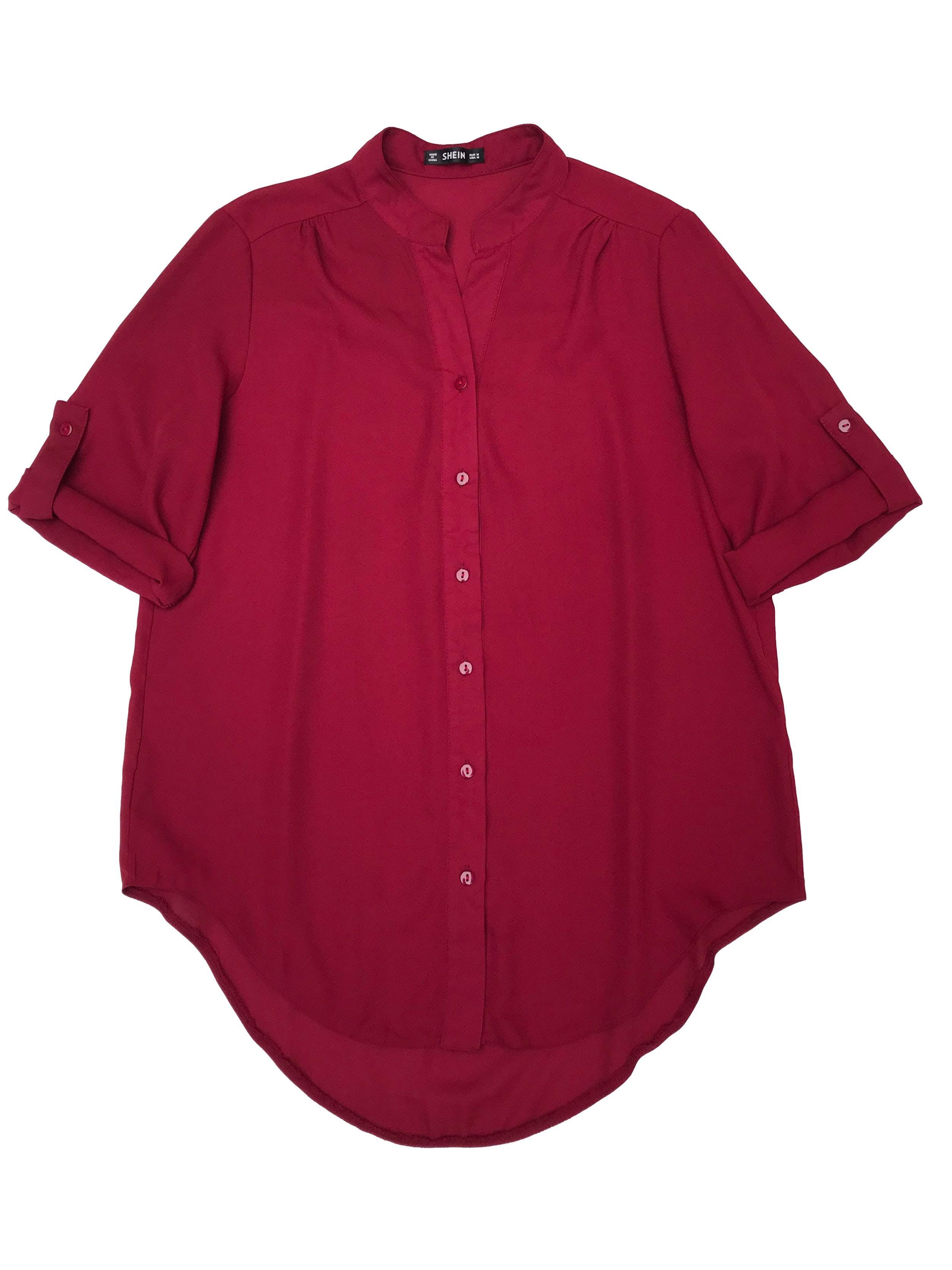 Blusa Shein de gasa guinda, cuello nerú con fila de botones delanteros, manga 3/4 regulable con botón, canesú en la espalda y basta asimétrica. Busto 102cm Largo 70cm
