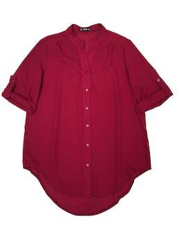 Blusa Shein de gasa guinda, cuello nerú con fila de botones delanteros, manga 3/4 regulable con botón, canesú en la espalda y basta asimétrica. Busto 102cm Largo 70cm foto 1