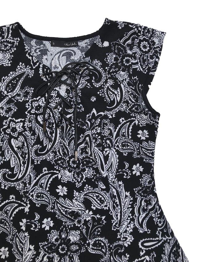 Vestido negro con estampado paisley crema, stretch, pasador tipo cuerina en el cuello, falda en A con vuelo. Busto 90cm sin estirar Largo 85cm foto 2