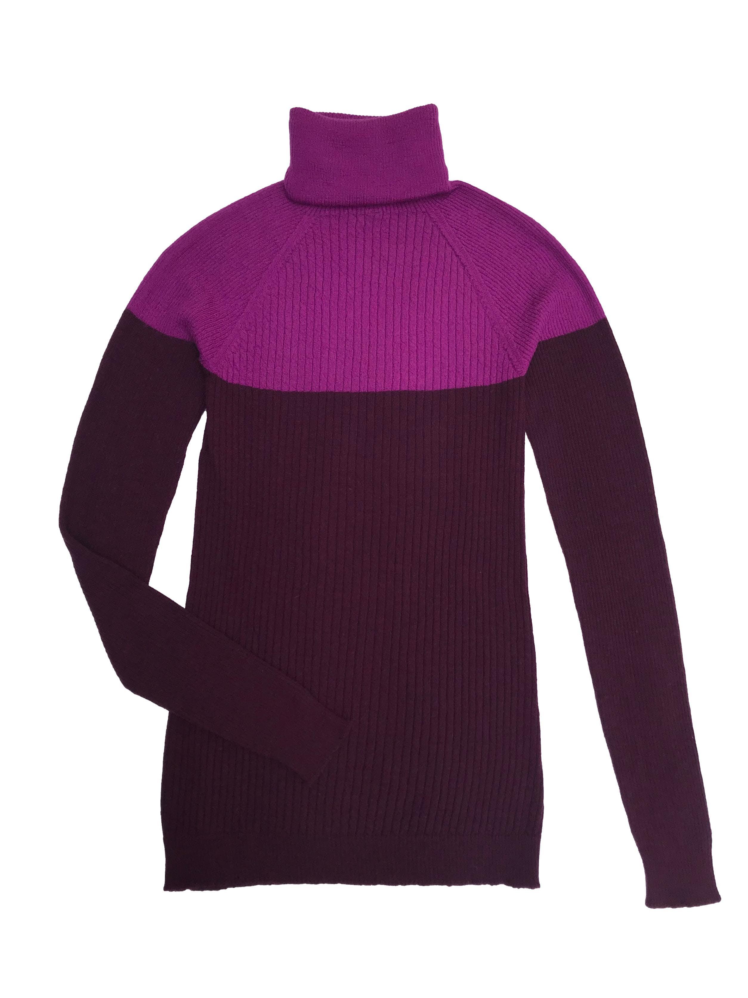 Suéter Benetton 50% lana 30% lana 20% alcrílico en tonos morados, cuello tortuga y textura acanalada. Precio original S/ 269