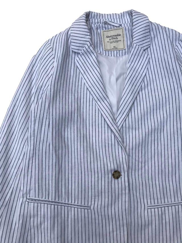 Blazer Abercrombie&fitch de lino y algodón blanco con líneas azules, forrado, de un solo botón. Busto 104cm Largo 68cm. Precio original S/ 420 foto 2