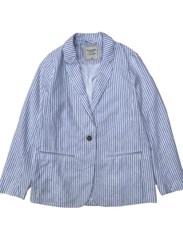 Blazer Abercrombie&fitch de lino y algodón blanco con líneas azules, forrado, de un solo botón. Busto 104cm Largo 68cm. Precio original S/ 420 foto 1