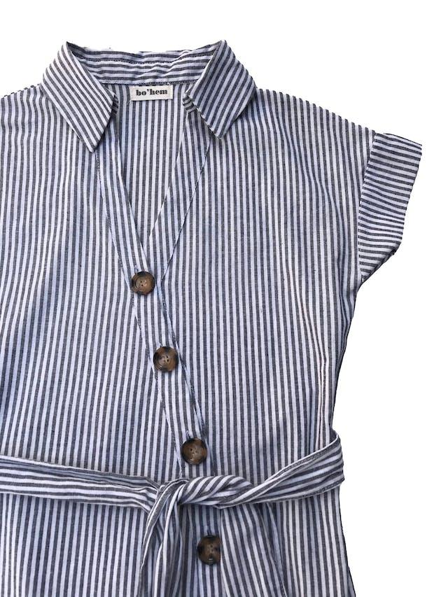 Vestido Bohem de tela tipo algodón y lino, con fila de botones cruzados y cinto para amarrar. Busto 96cm Largo 85 - 90 cm. Precio original S/ 149 foto 2