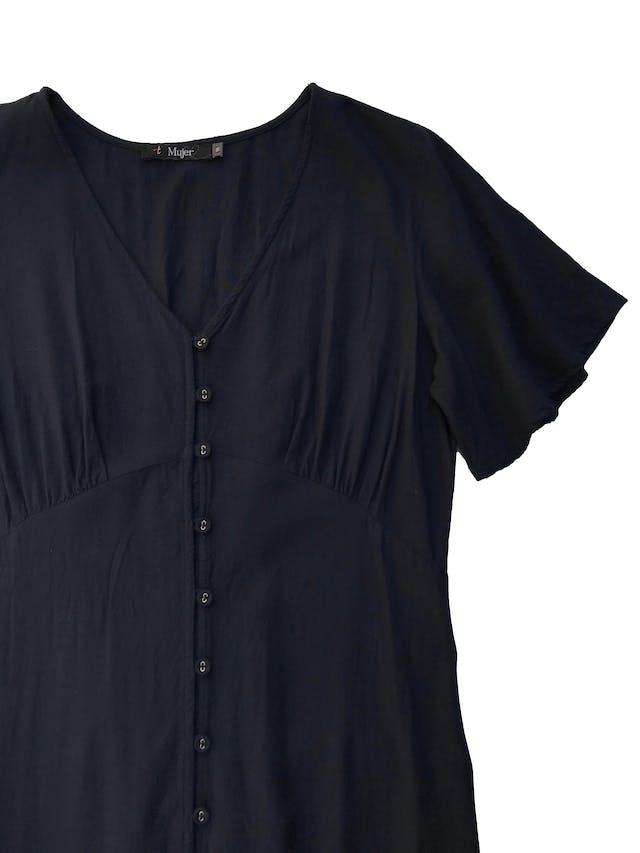 Vestido midi Topitop 100% viscosa azul, con botones delanteros y volante en la basta, pequeño panal de abeja posterior en la cintura para acentuar la figura. Busto 100cm Largo 112cm foto 2