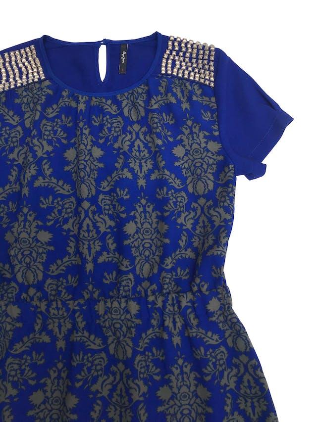 Vestido Pepe Jeans de tela plana azul con estampado barroco, aplicaciones en los hombros, elástico en la cintura. Busto 102cm Largo 85cm  foto 2