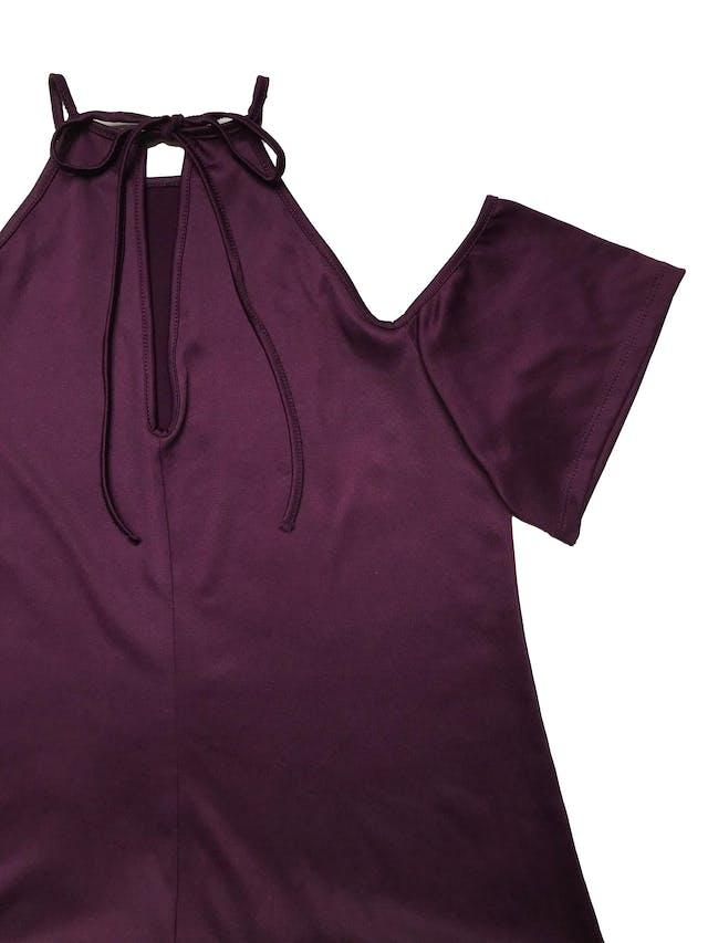 Vestido de lycra morada, hombros descubiertos, se amarra atrás en el cuello. Largo desde sisa 58cm foto 2