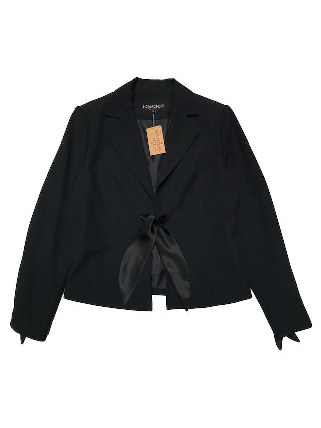 Blazer negro forrado, tiene hombreras y aplicaciones de tela satinada al centro y en puños. Busto 92cm Largo 52cm foto 1