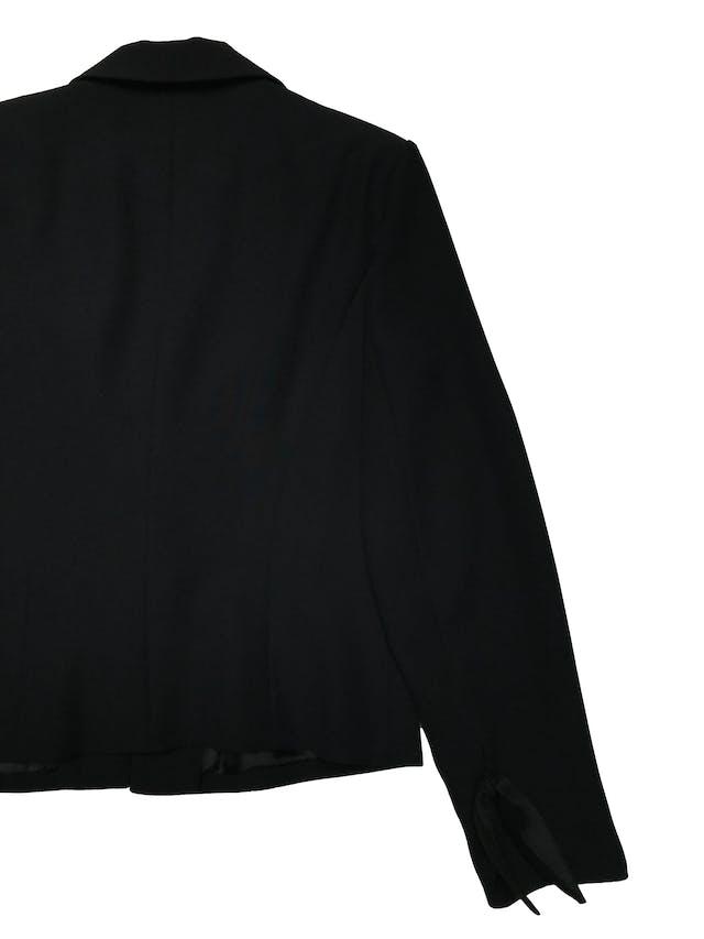 Blazer negro forrado, tiene hombreras y aplicaciones de tela satinada al centro y en puños. Busto 92cm Largo 52cm foto 2