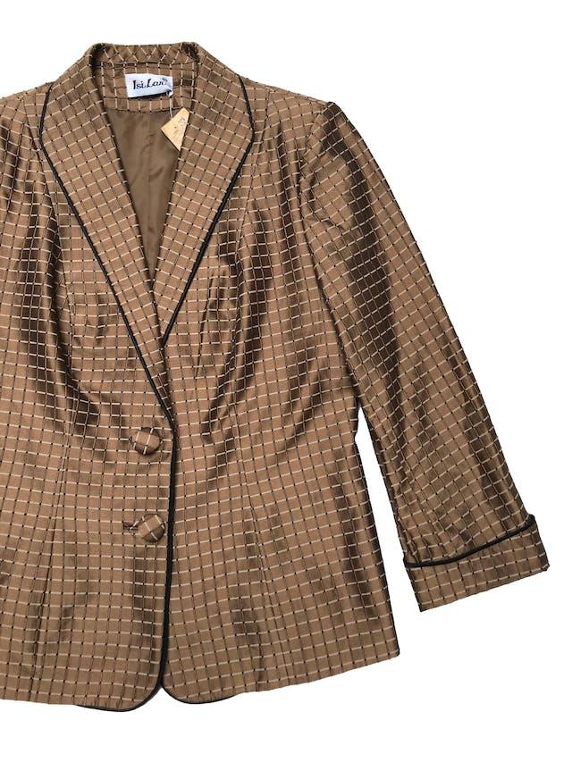 Blazer vintage marrón satinado con textura de cuadros, forrado, manga 7/8 con dobladillo. Busto 110cm Largo 60cm foto 2