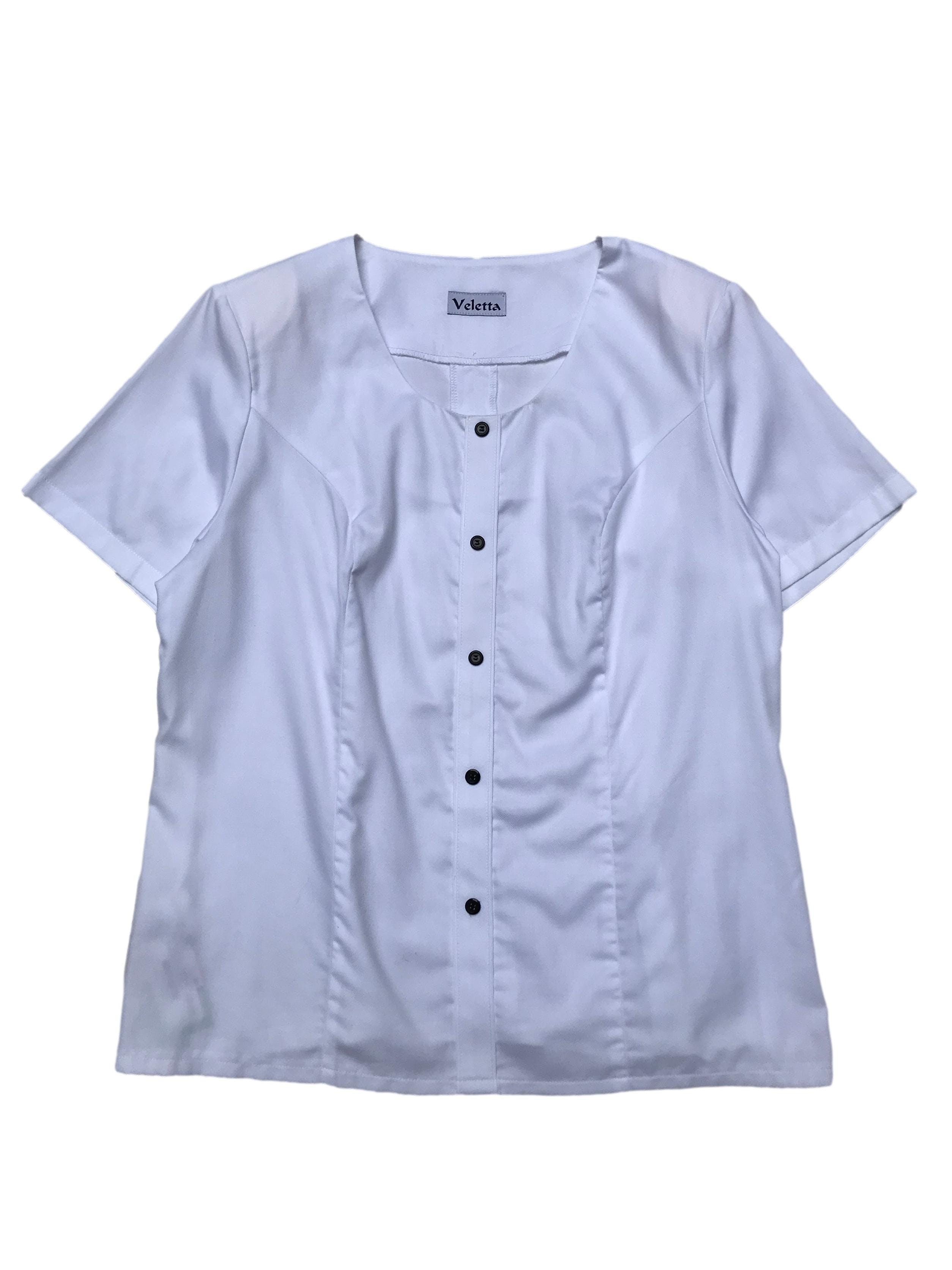 Blusa blanca 65% algodón con botones al centro, pinzas delanteras y traseras, hombreras y cierre lateral. Busto 112cm Largo 60cm