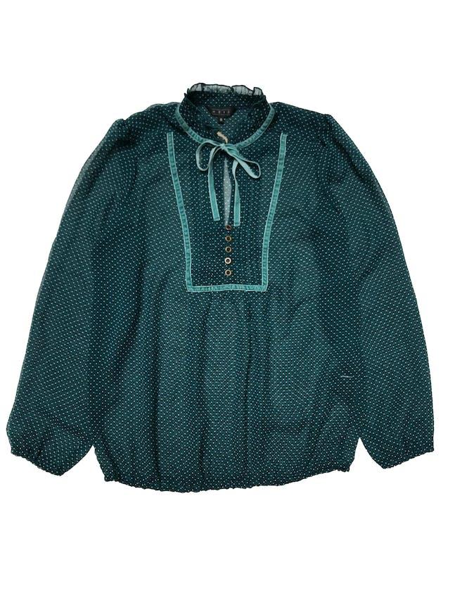Blusa Aziz de gasa verde con con estampado negro y blanco, aplicaciones de plush y lazo en el cuello. Tiene elástico en puños y basta, es suelta. Busto 104cm Largo 62cm foto 1