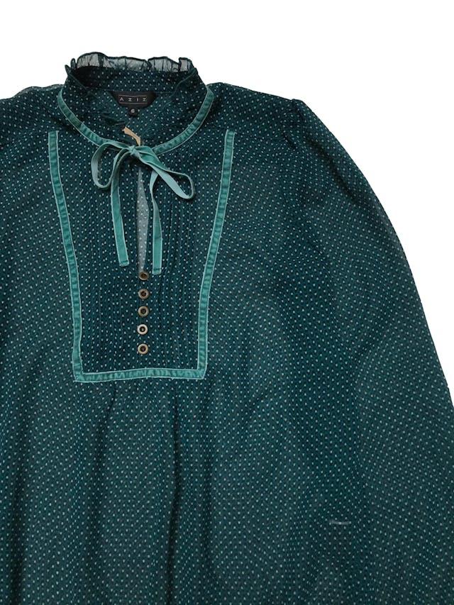 Blusa Aziz de gasa verde con con estampado negro y blanco, aplicaciones de plush y lazo en el cuello. Tiene elástico en puños y basta, es suelta. Busto 104cm Largo 62cm foto 2