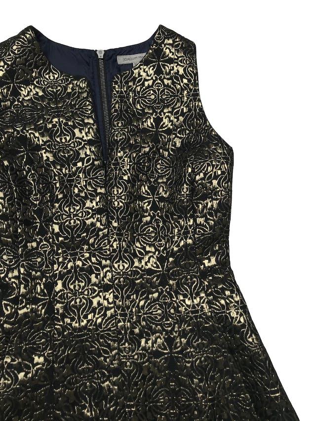 Vestido Joaquim Miro negro con brocado dorado, forrado, con cierre en la espalda y delantero para regular el escote. Tiene bolsillos delanteros. ¡Precioso!  Busto 82cm Largo 83cm foto 3
