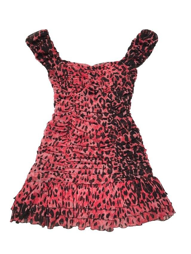 Vestido de mesh animal print rojo y negro, todo el cuerpo drapeado y volante en la basta. tiene forro y copas, es stretch. Largo 65cm desde sisa foto 1