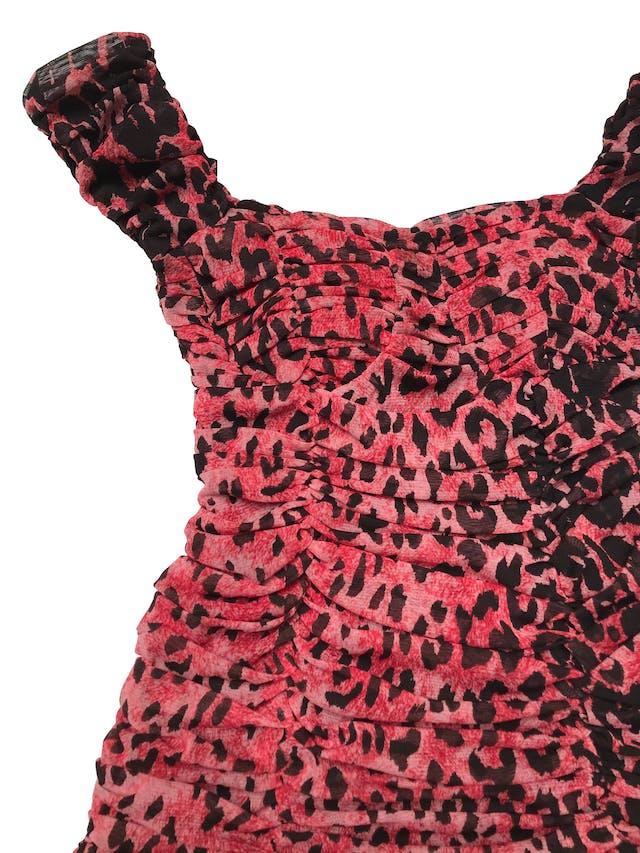 Vestido de mesh animal print rojo y negro, todo el cuerpo drapeado y volante en la basta. tiene forro y copas, es stretch. Largo 65cm desde sisa foto 2