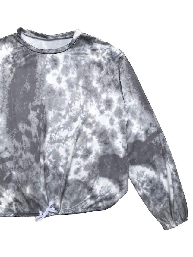 Polo de lycra tie dye blanco y plomo, elástico en los puños y basta regulables. Ancho 105cm Largo 52cm foto 2