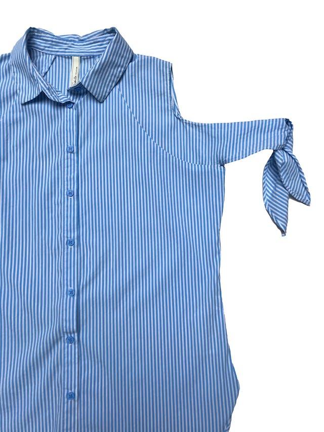 Blusa Sybilla a rayas blancas y celestes, fila de botones delanteros, se amarra en los brazos. Busto 100cm Largo 60cm foto 2